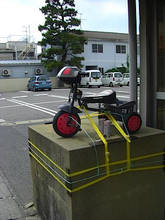 商店街に佇む三輪車.JPG