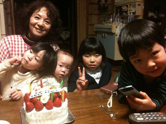今日は、ふみちゃんこと母の誕生日祝いで伊保田に帰ってます。島内で四世代暮らしだからこそできること!