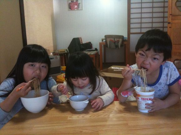 兄弟三人が一所懸命ラーメン食べてます!