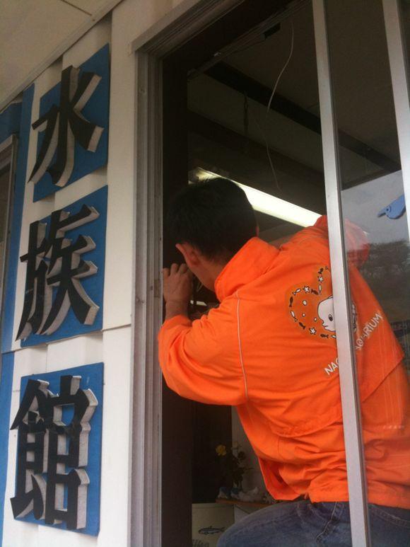 大工仕事で、なぎさ水族館の玄関を省スペース化中!