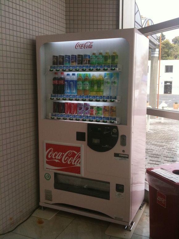 陸奥記念館の自動販売機が桜色になりました。