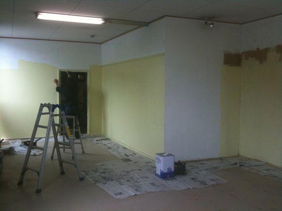 なぎさ水族館の二階をみんなでペンキ塗りしています!