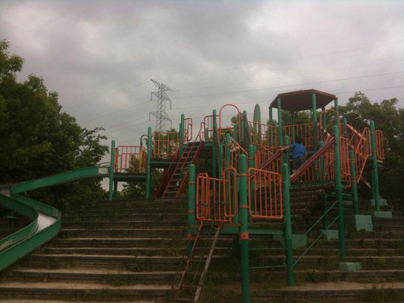 安佐南のスポーツデポ隣の公園で遊んでいます。