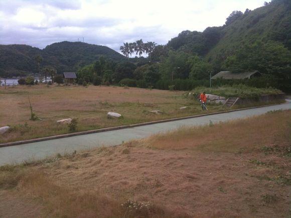 慰霊祭に向けて草刈り等頑張っています!