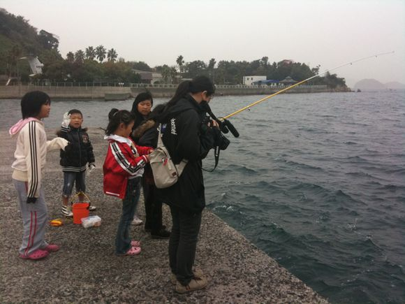 陸奥海水浴場で、子どもたちがなぎさ釣り大会開催中