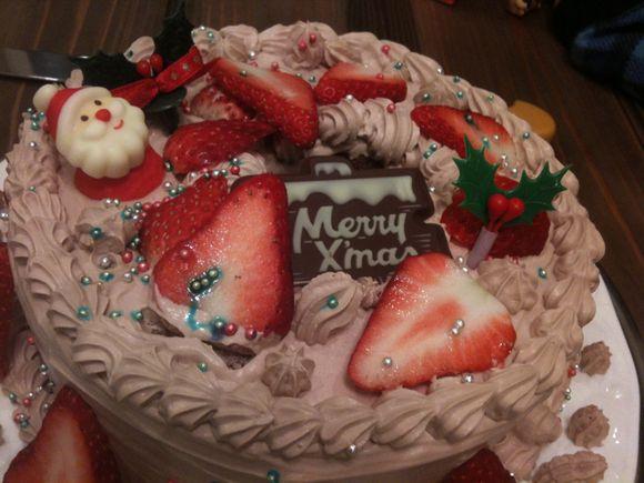 さあて妻とこどもたちが一緒につくったクリスマスケーキ