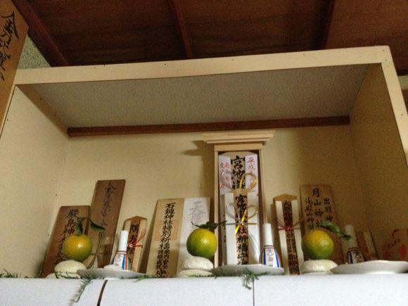 大野家は正月三が日は朝昼晩に神棚にお参りします。