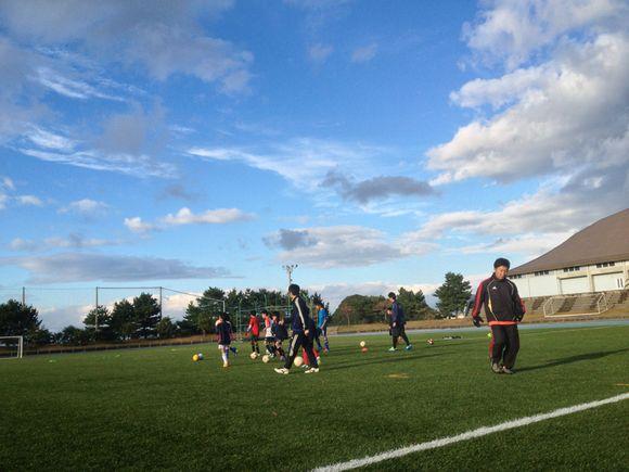 アロハな風が吹く人工芝のサッカー場で練習