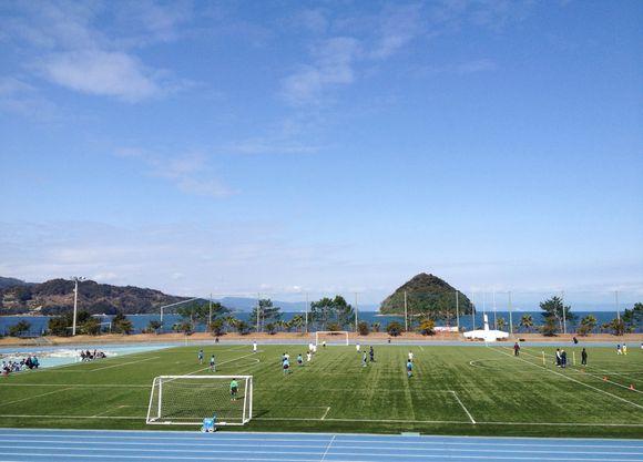 瀬戸内海に浮かぶ周防大島町陸上競技場